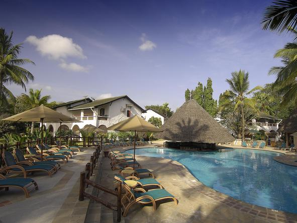 Pinewood Village Beach Resort - Exterior 3 + pool