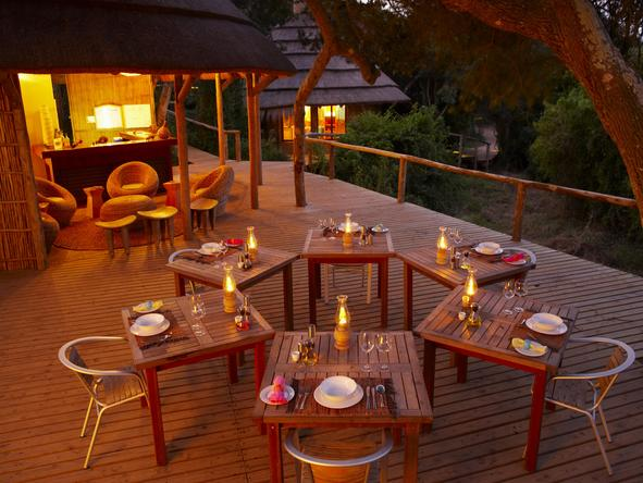 Thonga Beach Lodge - outdoor dinner