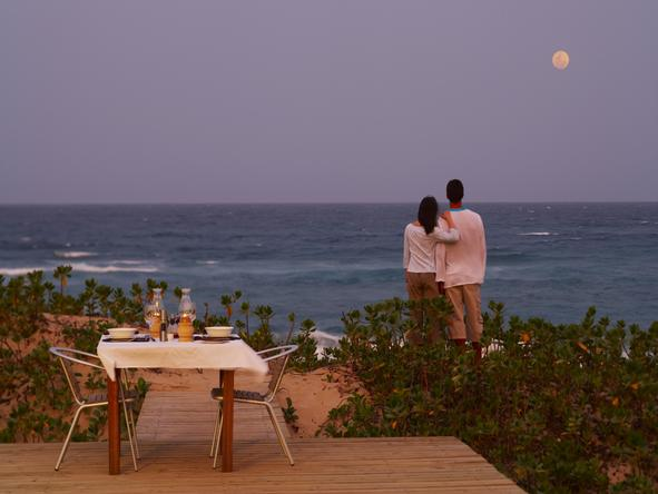 Thonga Beach Lodge - couple having dinner