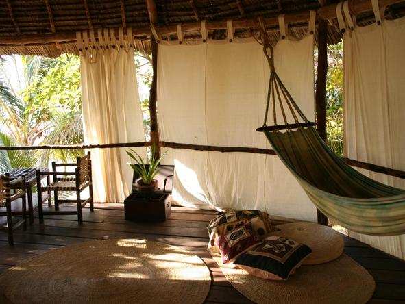 Pole Pole Bungalow Resort - indoor hammock