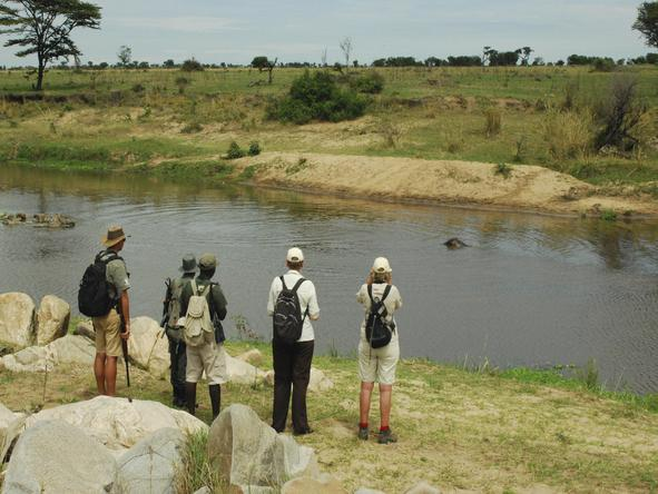 Lemala Mara - hike next to river