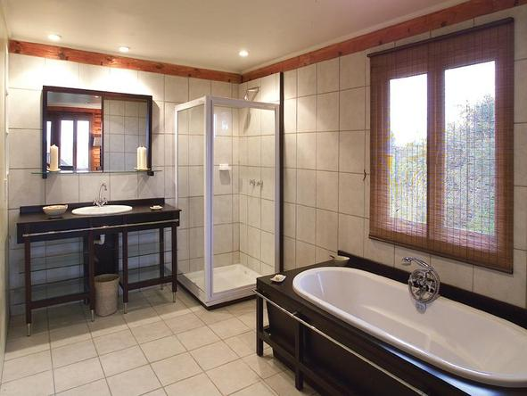 Ukhozi Lodge - bathroom