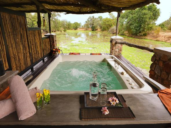 Mfuwe Lodge - outdoor bath