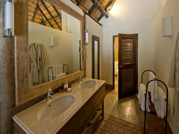 Mfuwe Lodge - bathroom