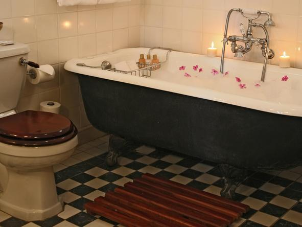 Victoria Falls Hotel - Bathroom