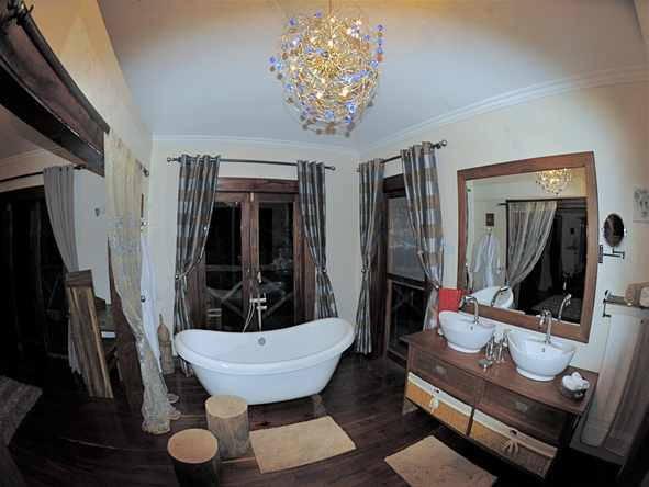 Escarpment Luxury Lodge - Bathroom