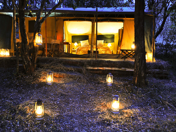 Nairobi Tented Camp - Latern-lit paths