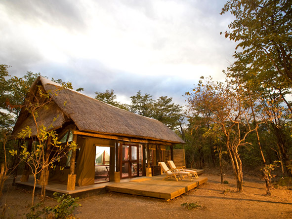 Zungulila Bush Camp - Classic safari camp