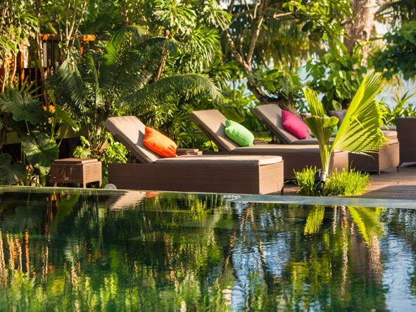 Dhevatara Beach Hotel - Sun loungers