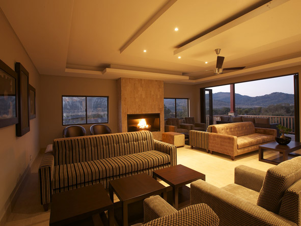 Shepherd's Tree Game Lodge - Fire-place lounge