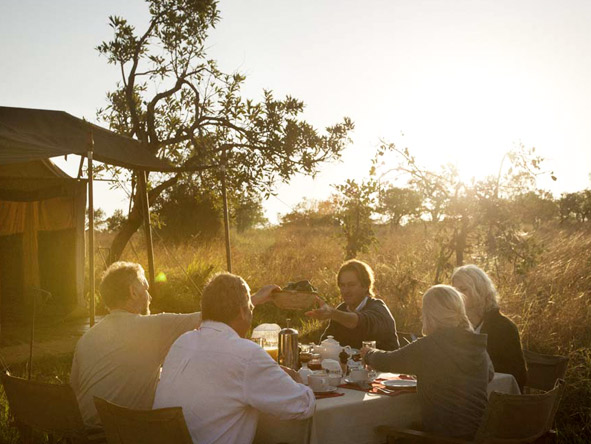 Serengeti Safari Camp - Big table dining