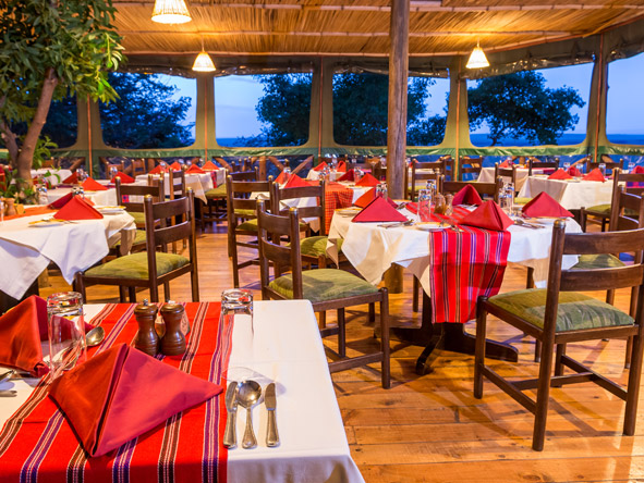 Mara Serena Safari Lodge - Communal buffets
