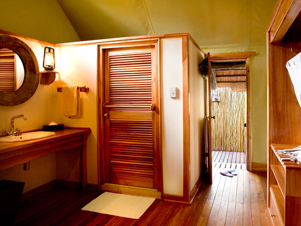 Khwai River Lodge - Outdoor showers