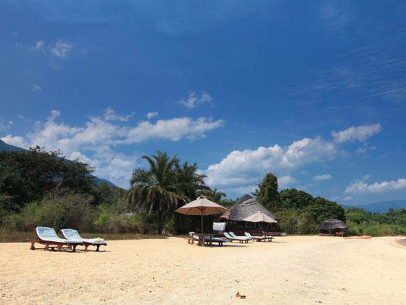 Kungwe Beach Lodge - Golden beach setting