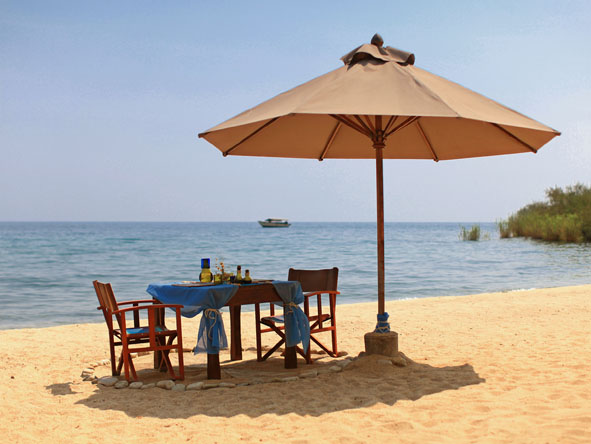 Kungwe Beach Lodge - Beachside dining
