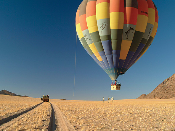 After a flight over mountains & dunes, a Wolwedans balloon touches down.