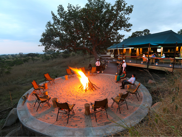 End the day the Lemala way: fireside drinks & safari stories under the stars.