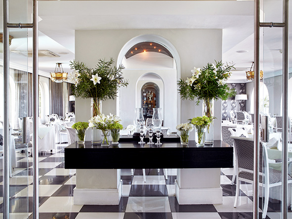 The Marine Hermanus, Black and white dining room