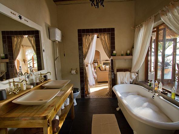 Luxury en-suite bathtub