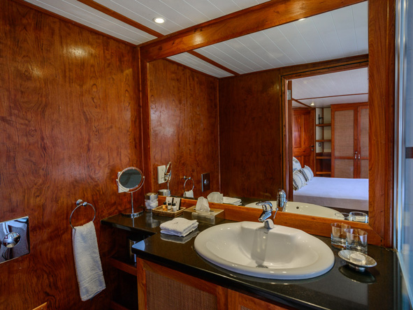 Matusadona Lake Luxury Cruiser, en-suite bathroom