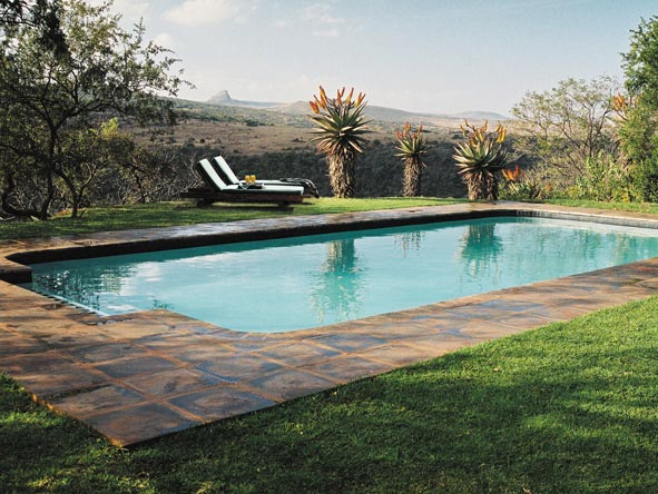 The swimming pool at Fugitives Drift Lodge