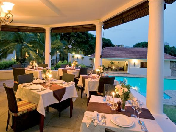 Audacia Manor - dining on patio