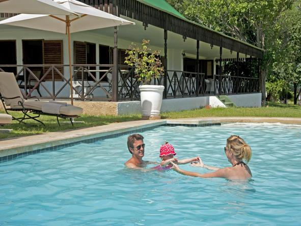 Chichele Presidential Lodge - family in pool