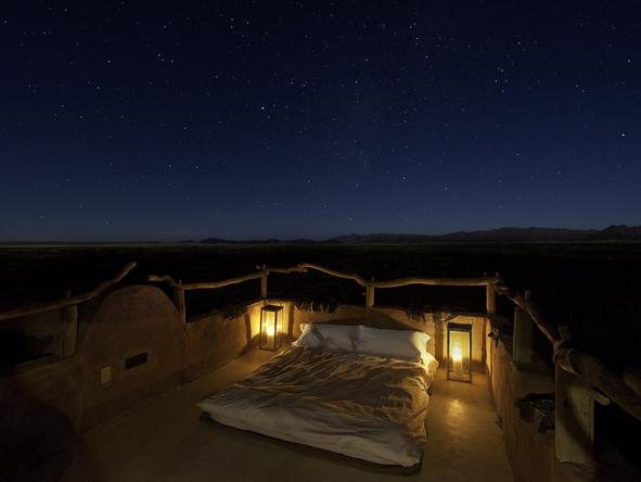 Little Kulala Lodge - bed on rooftop