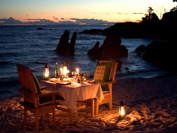 Nkwichi Lodge - dinner on beach