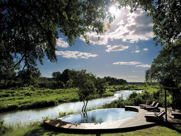 Tinga Legends Lodge - pool overlooking river